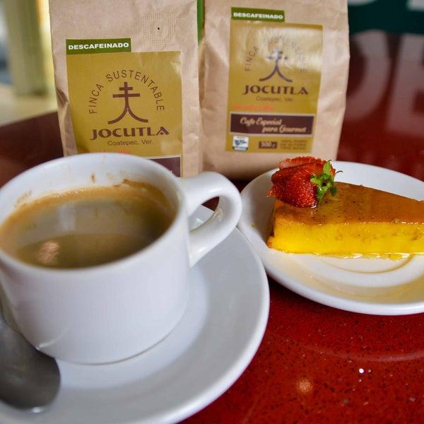 ¡Iniciando la mañana con un delicioso café y flan napolitano, excelente servicio!