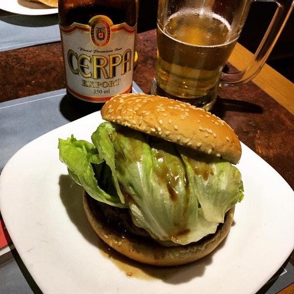 Foto tirada no(a) V8 Burger & Beer por Robin Jun S. em 7/10/2016