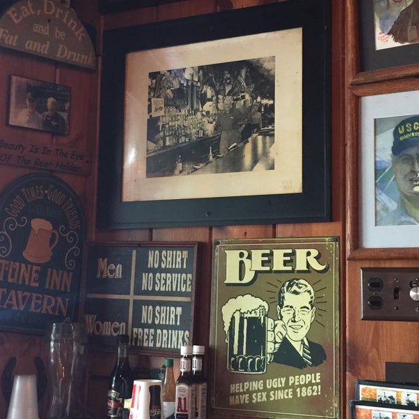 Photo taken at Tune Inn Restaurant & Bar by Scron D. on 8/6/2017