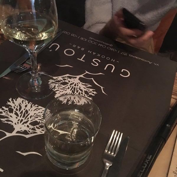 Снимок сделан в Lounge Bar GUSTOÚ | ГУСТОЙ пользователем Masha K. 3/31/2017
