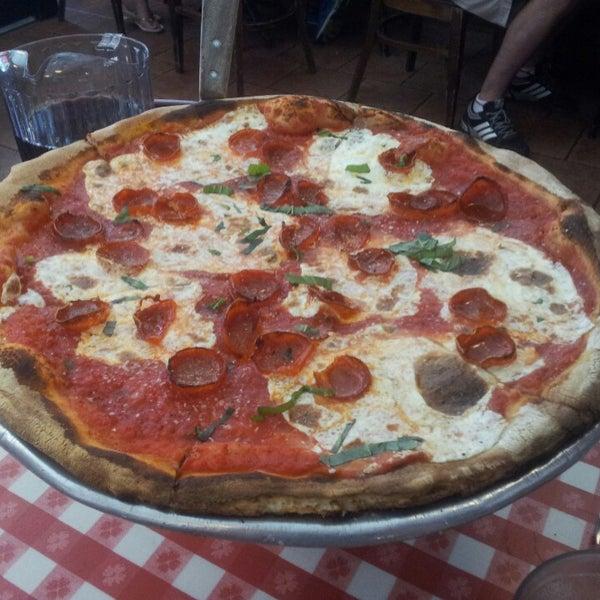 Das Foto wurde bei Lombardi's Coal Oven Pizza von Marc-Élie G. am 7/13/2013 aufgenommen