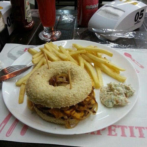 Foto tirada no(a) Brasil Burger por Juliana A. em 5/24/2014