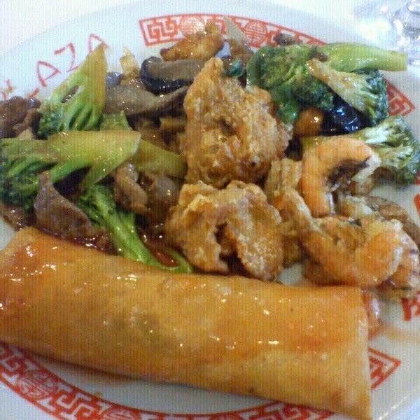 Снимок сделан в Golden Plaza Chinese Restaurant пользователем Karina L. 5/29/2013