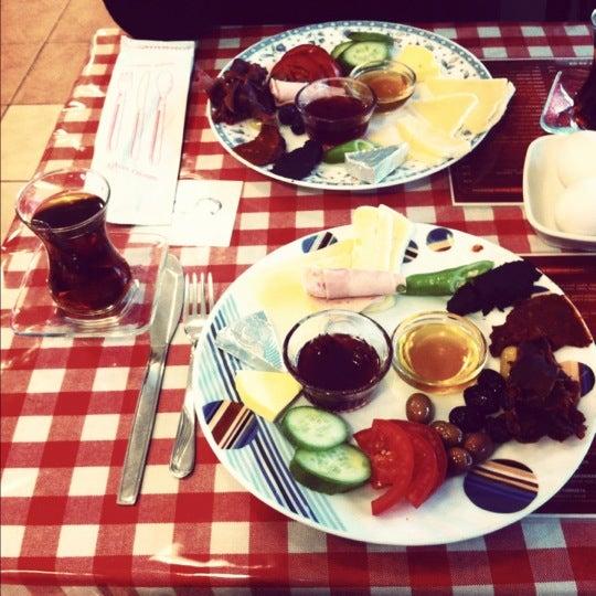 10/15/2012 tarihinde Arzu V.ziyaretçi tarafından Café Faruk'de çekilen fotoğraf