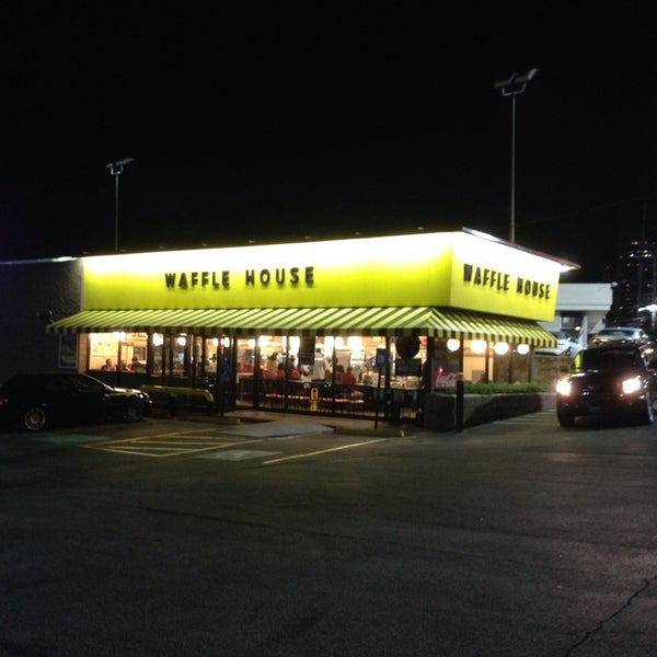 Photo taken at Waffle House by John H. on 10/13/2013