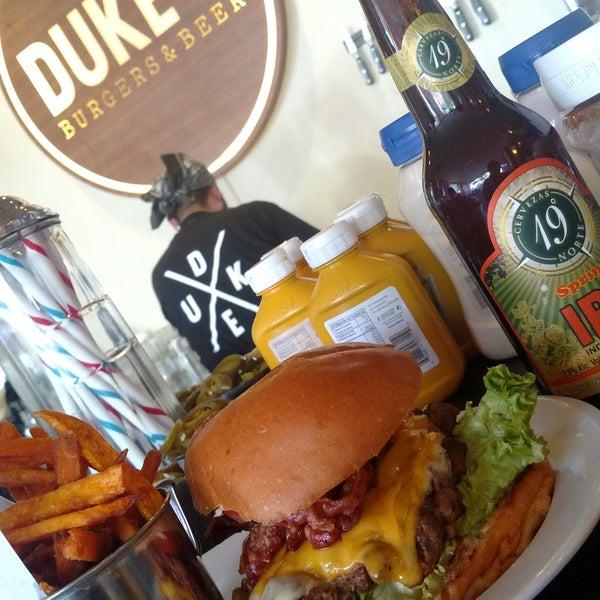 Foto tomada en Duke's Burgers & Beer por Reno R. el 12/8/2017