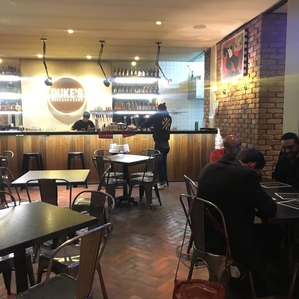 Foto tomada en Duke's Burgers & Beer por Hugo O. el 11/17/2017
