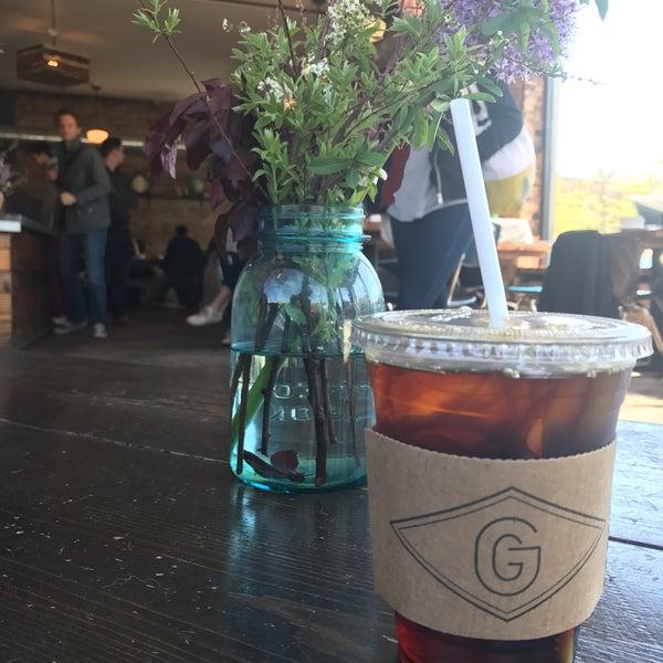 Foto tomada en Gaslight Coffee Roasters por Julia V. el 5/7/2017