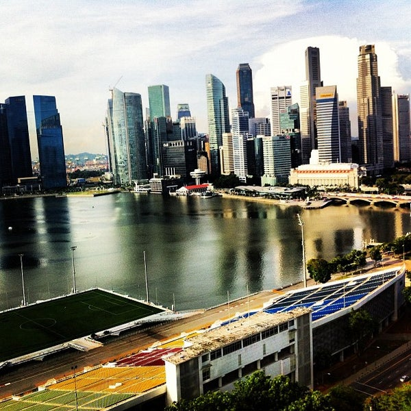 Photo taken at The Ritz-Carlton Millenia Singapore by Raymon F. on 11/1/2012