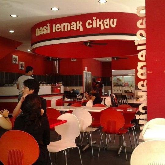 Photo taken at Nasi Lemak Cikgu by Riandy M. on 10/29/2012