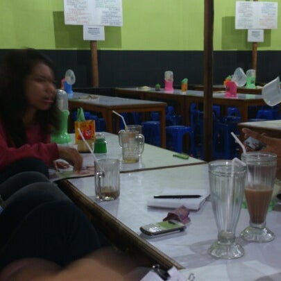Photo taken at Warung Penyet Lesehan Mas Pur 3 by Fatur R. on 10/11/2012