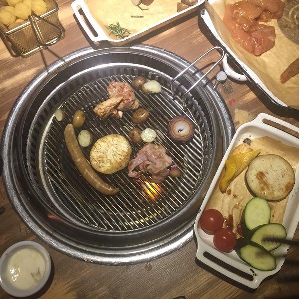 Готовить самим это не только интересно,но и вкусно. еда из меню не впечатляет,вкус и подача как и везде. А сеты для жарки достойные, есть мясо,овощи,морепродукты. Можно со своим алкоголем (пробк.сбор)