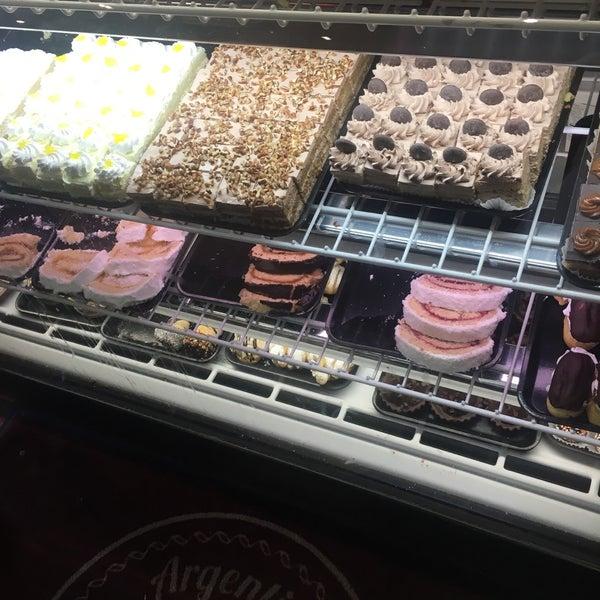 Foto scattata a Argentina Bakery da Randy M. il 6/23/2018