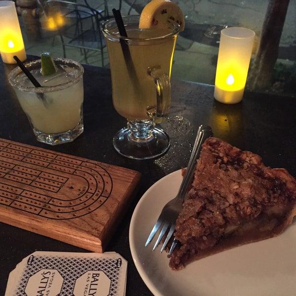 1/17/2018 tarihinde Stacy A.ziyaretçi tarafından Random Order Pie Bar'de çekilen fotoğraf