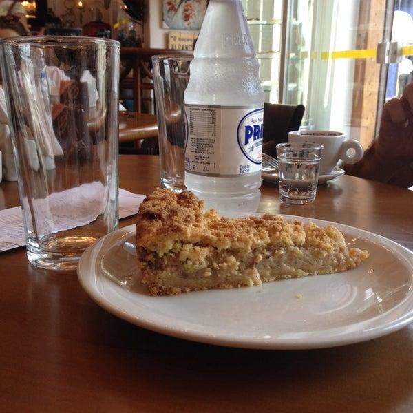 Foto tirada no(a) Florbela Café por Rosana P. em 3/29/2014