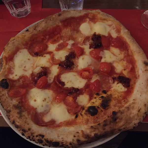 Foto tomada en Pizzeria O' Vesuvio Napoletana Forno Legna por Tom C. el 12/30/2015