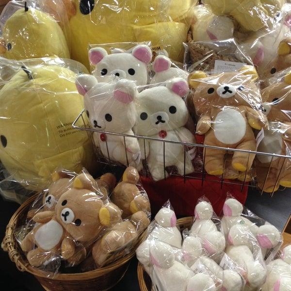 รูปภาพถ่ายที่ Kinokuniya Bookstore โดย Alissa S. เมื่อ 4/9/2014
