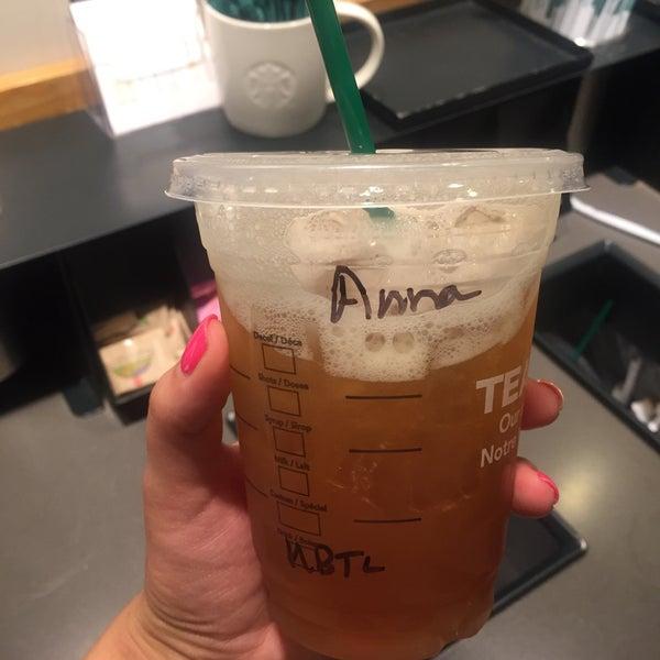 รูปภาพถ่ายที่ Starbucks โดย Анна М. เมื่อ 8/13/2016