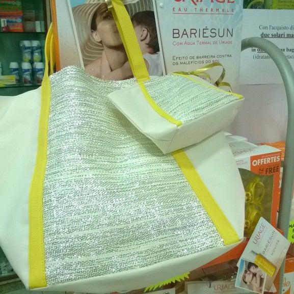 Offerta Uriage estate 2015! Nella nostra farmacia, acquistando 2 solari Uriage potrai ricevere una borsa mare o una pochette in omaggio! Affrettati!