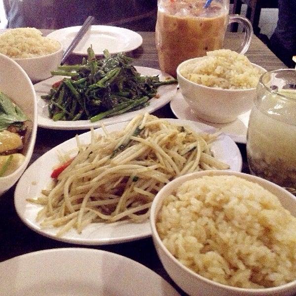 Photo taken at 五星海南鸡饭 | Five Star Hainanese Chicken Rice by Carmen L. on 1/4/2015
