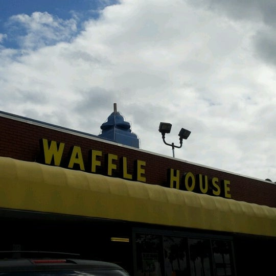 Photo taken at Waffle House by Natalia on 10/23/2012