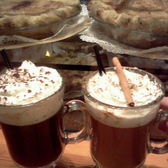1/23/2013 tarihinde Sera F.ziyaretçi tarafından Random Order Pie Bar'de çekilen fotoğraf