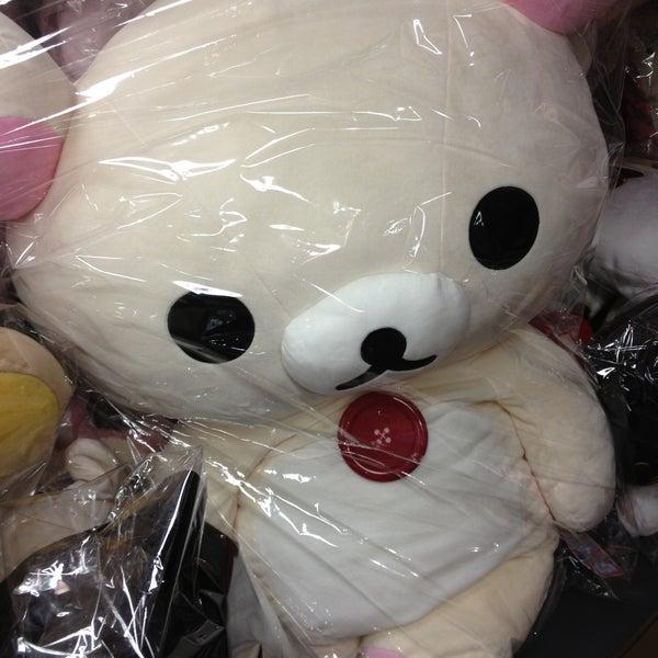 รูปภาพถ่ายที่ Kinokuniya Bookstore โดย Jackie R. เมื่อ 4/13/2013