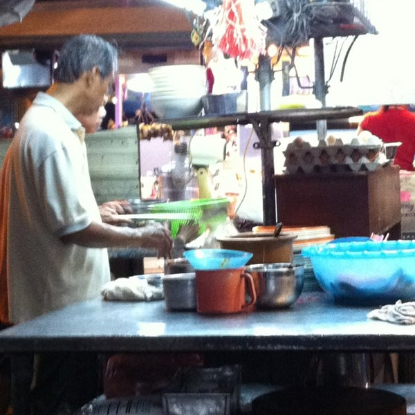 Photo taken at Chulia St. Night Hawker Stalls by Girlie on 1/5/2013