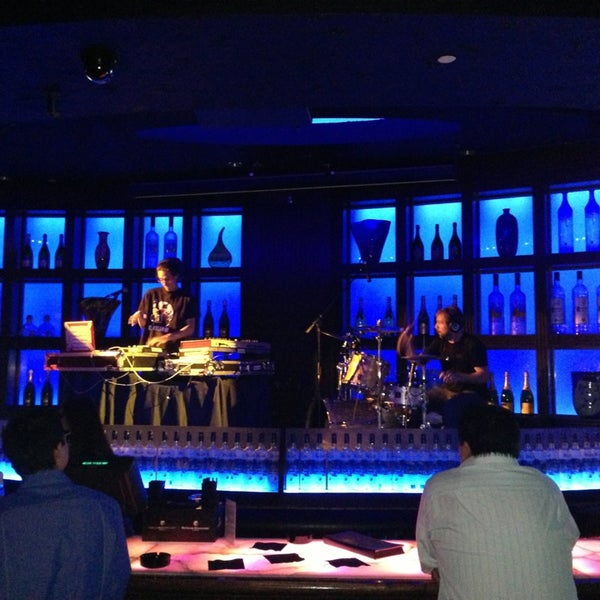 Photo taken at Blue Martini Brickell by Mars T. on 3/26/2013