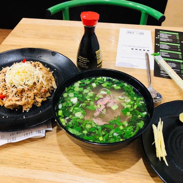 Снимок сделан в Joly Woo Стрит-фуд кафе вьетнамской кухни пользователем Alina T. 10/28/2017