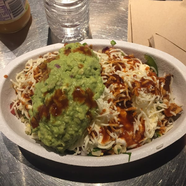 Photo taken at Chipotle Mexican Grill by Rich J C. on 5/28/2017