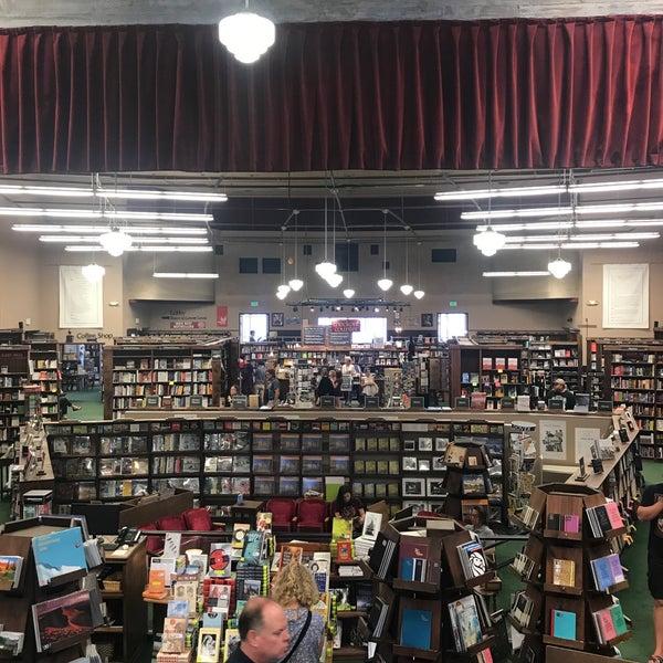 รูปภาพถ่ายที่ Tattered Cover Bookstore โดย Josh A. เมื่อ 7/29/2017