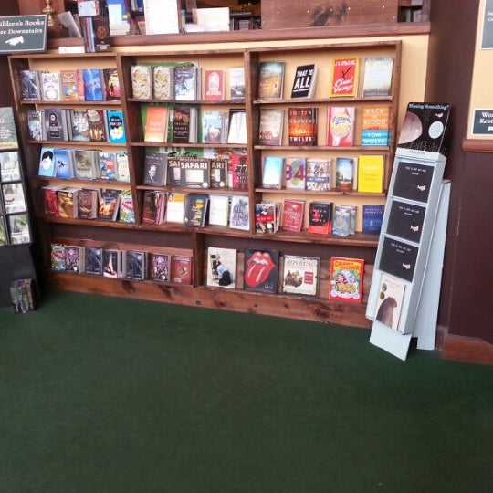 รูปภาพถ่ายที่ Tattered Cover Bookstore โดย Shanna D. เมื่อ 1/14/2013