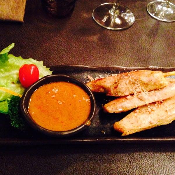 Les brochettes de poulet sauce cacahuètes sont excellentes! L'émincé de porc à l'ail et poivre noir également! Un régal.