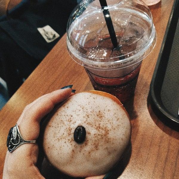 Снимок сделан в Krispy Kreme пользователем alena b. 4/9/2018