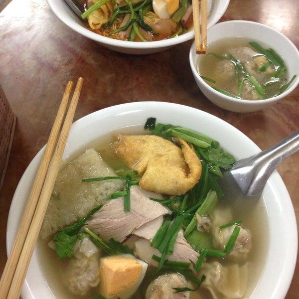 Photo taken at Mì Vằn Thắn Đinh Liệt by Dharrent T. on 1/4/2017