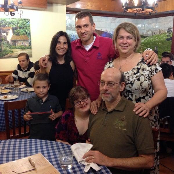Foto tomada en Carlos Tartiere Restaurante Sidrería por Debra R. el 9/21/2013