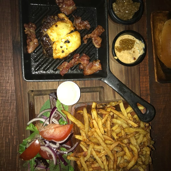 First of all, It's too dark outside to read the menu. Well, I had burgers, it's supposed to be medium-rare (according to the menu) but it was well done 🥀 fries were too oily. cozy , nice craft beer