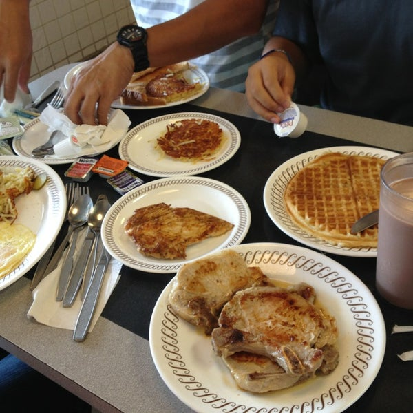 Photo taken at Waffle House by Linda Y. on 8/30/2013