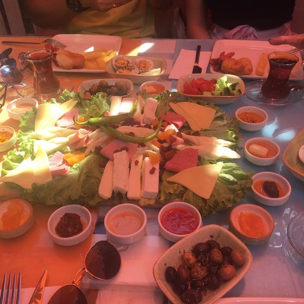 Das Foto wurde bei Büyükada Bistro Candy Garden von Özlem . am 6/15/2018 aufgenommen