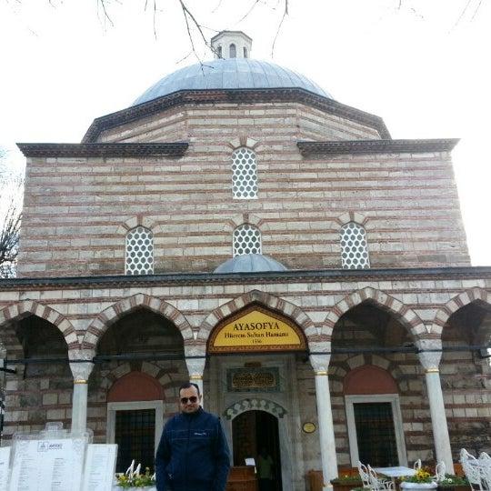 Das Foto wurde bei Ayasofya Hürrem Sultan Hamamı von Özgür Yasin Y. am 1/20/2013 aufgenommen