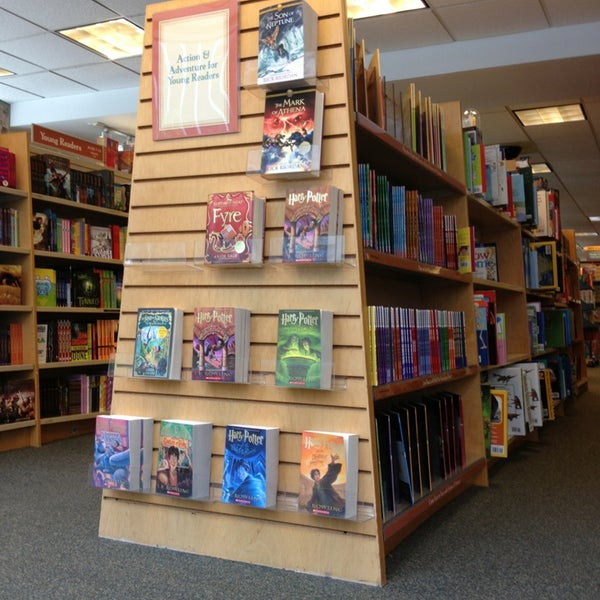 Photo taken at Barnes & Noble by Ilie K. on 7/20/2013