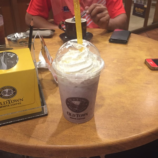 Photo taken at OldTown White Coffee by Fatin F. on 10/23/2015