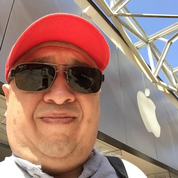 Photo taken at Apple La Cantera by Rey L. on 2/19/2016