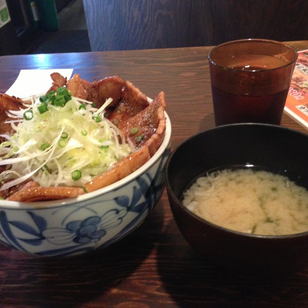 Photo taken at 日本橋 紅とん 池袋ビックリガード店 by Hiro f. on 4/30/2013