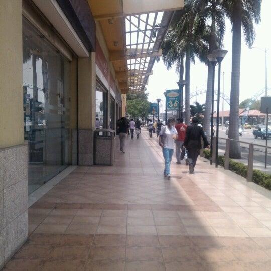 Foto tirada no(a) Mall del Sur por Cexar B. em 10/9/2012