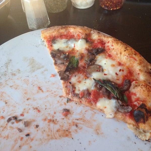 Foto scattata a Pizza CS da Laura M. il 4/15/2016