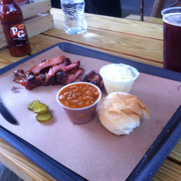 Me gustan mucho las costillas, el pulp pork, el brisket y las salchichas, la cerveza de barril roja y negra de cosaco que venden ahi buenisima, el lugar estilo campirano con el camper de cocina