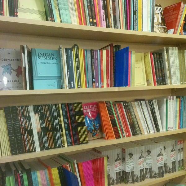 Foto tomada en Drama Book Shop por Joanna F. el 2/6/2017