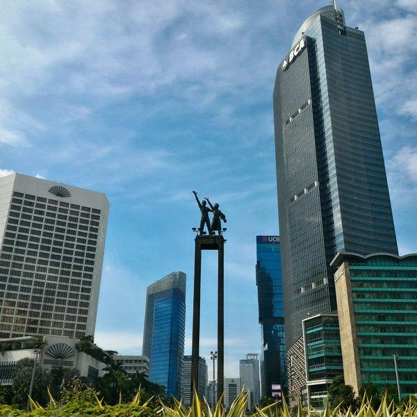 Photo taken at Bundaran Hotel Indonesia (Monumen Selamat Datang) by Peter N. on 2/15/2017